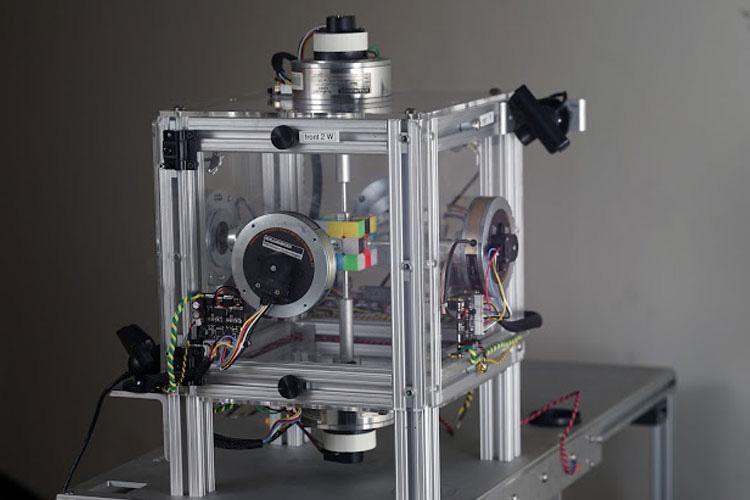حل مساله مکعب روبیک توسط ربات
